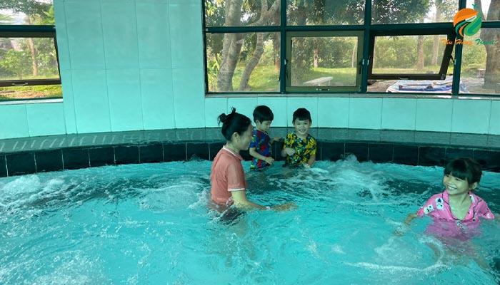 Bể bơi khoáng trong nhà ở khu Resort