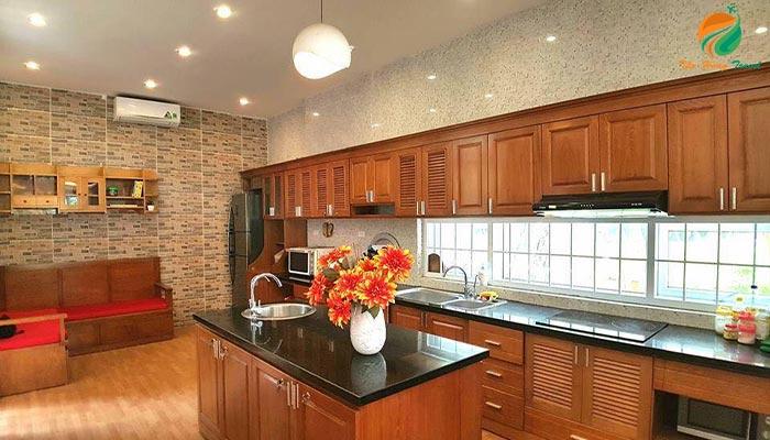 Không gian nhà bếp riêng tại căn An 2 Villas
