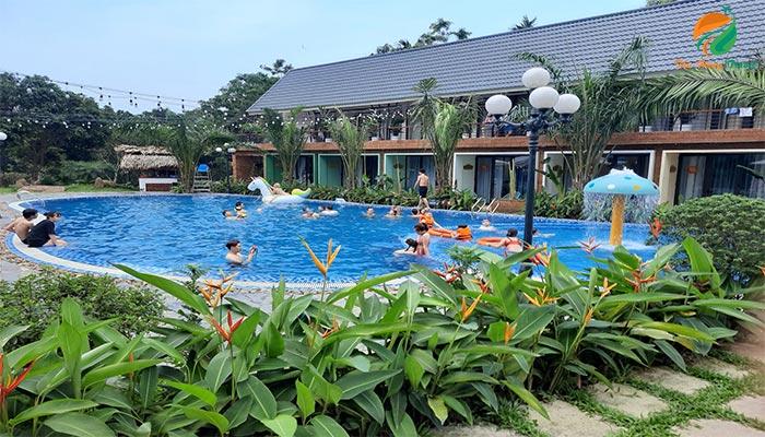 Bể bơi ở khu May Tropical Villas