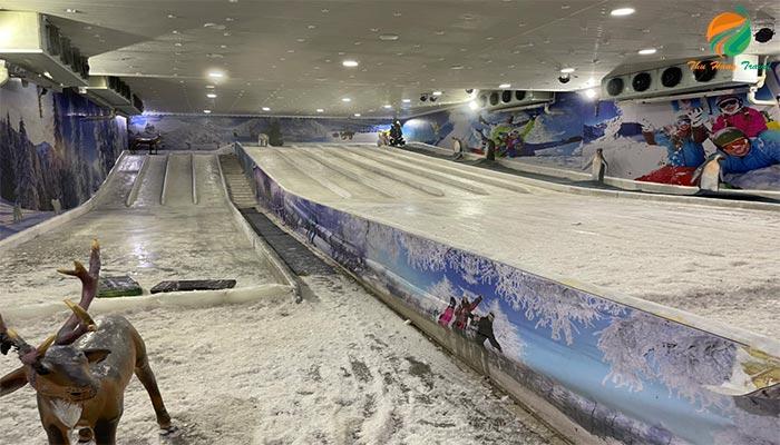 Bên trong động trượt tuyết