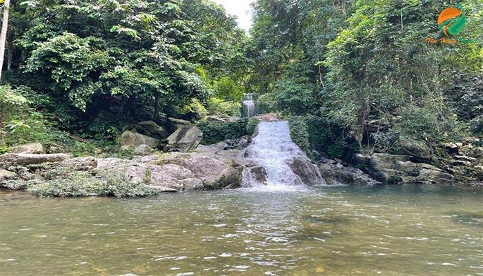 Tham quan suối thác ở Khoang Xanh Suối Tiên