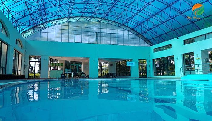 Bể bơi khoáng trong nhà của Tản Đà Spa Resort