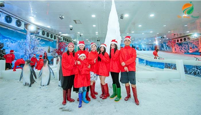 Tham quan động trượt tuyết trong tour Khoang Xanh 1 ngày