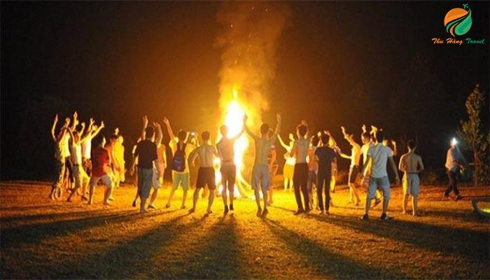 Đốt lửa trại cùng nhau cất cao lời ca tiếng hát
