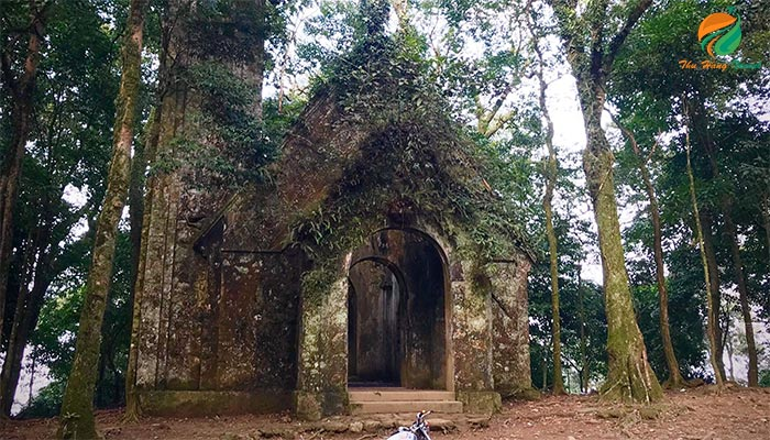 Nhà thờ Pháp đổ mang sự cổ kính, hoang sơ