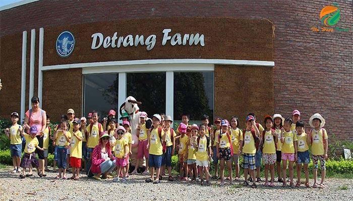 Tour học sinh tại nông trại dê trắng