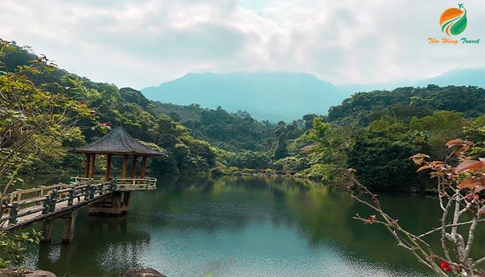Lầu vọng cảnh giúp du khách bắt trọn vẻ đẹp của núi Ba Vì
