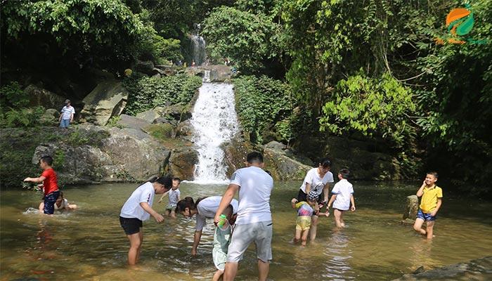 Vui chơi bên dưới dòng thác ở Khoang Xanh Suối Tiên